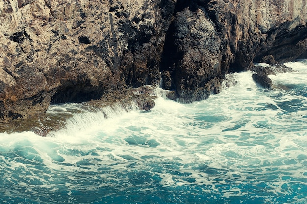 Rock, mar e onda na turquia Foto Premium