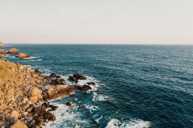 Rocky shore break Foto gratuita