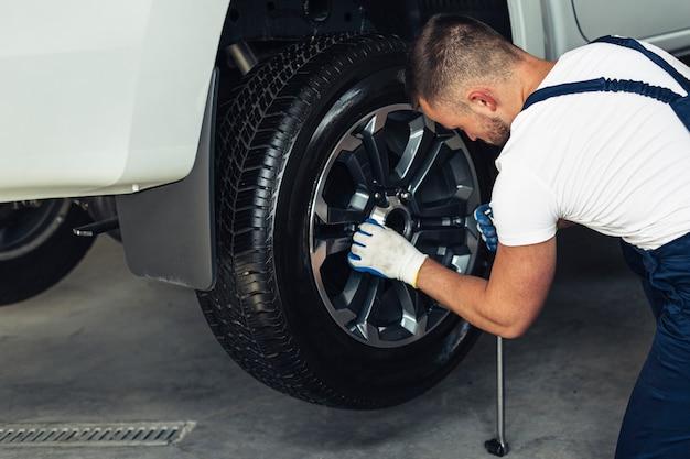 Roda de substituição mecânica masculina de ângulo alto Foto gratuita