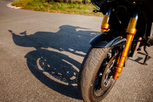 Roda dianteira de alto ângulo de moto Foto gratuita