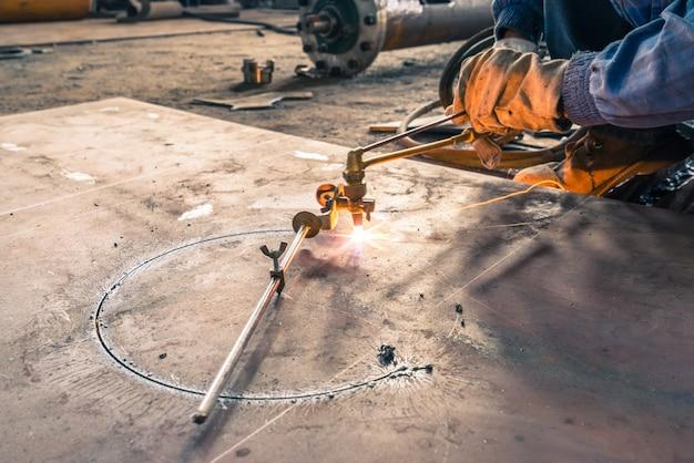 Roda elétrica moagem em estrutura de aço Foto gratuita