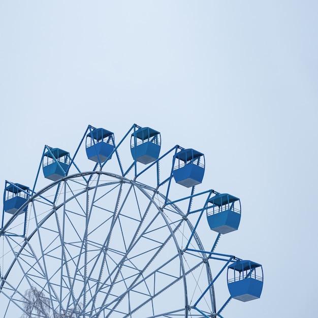 Roda gigante coberta de neve no céu azul. temporada de inverno com a tendência azul clássica cor 2020. Foto Premium