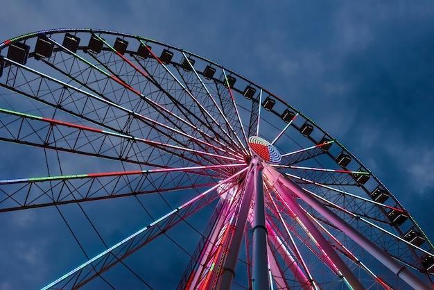 Roda gigante e pista de montanha-russa com espaço de cópia Foto Premium