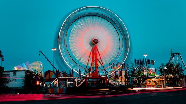 Roda gigante na feira local Foto gratuita