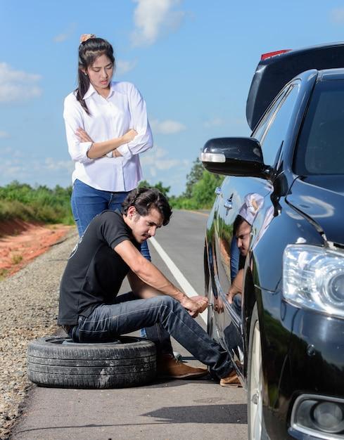 Roda quebrada, homem, mudança, pneu, ajuda, femininas, amigos Foto Premium