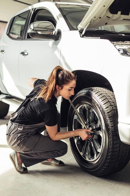 Rodas de carro de fixação mecânico feminino Foto gratuita