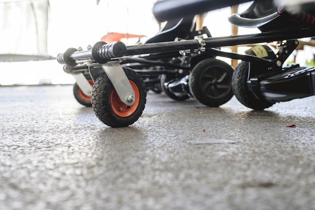 Rodas e direção de scooters elétricos adaptados. Foto Premium