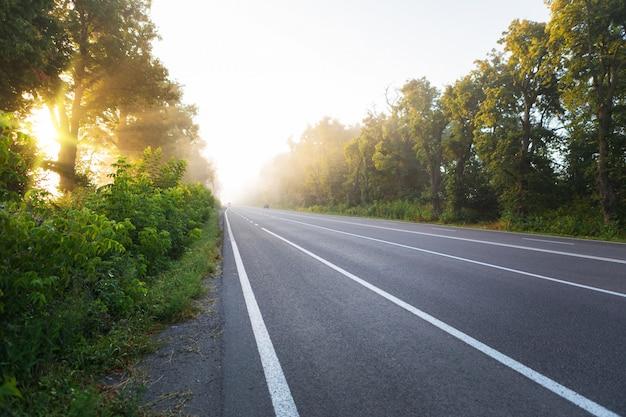 Rodovias de asfalto e montanhas sob o céu azul Foto Premium