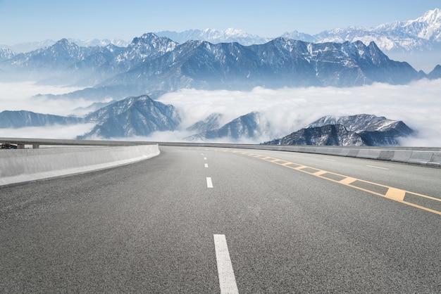 Rodovias vazias e montanhas distantes Foto Premium