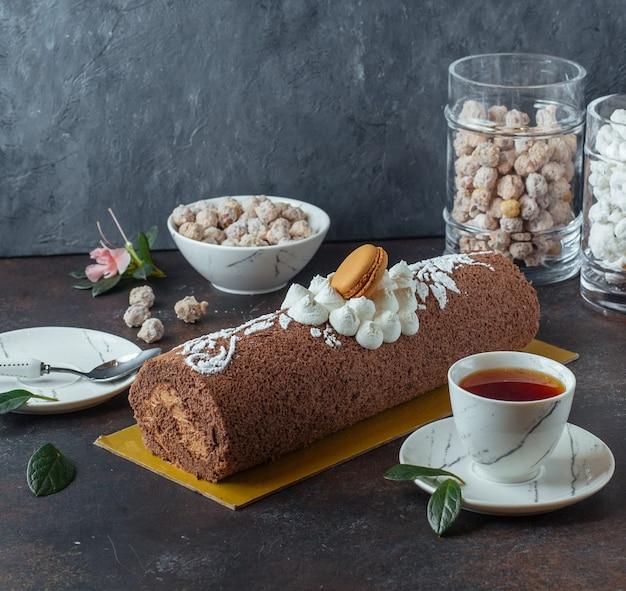 Roleta de chocolade doce com chá preto Foto gratuita
