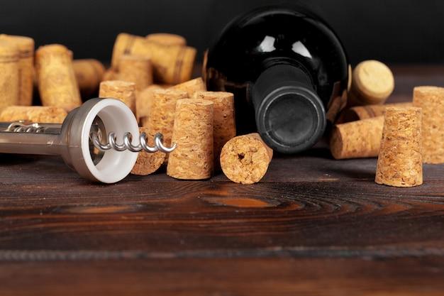 Rolhas de vinho com saca-rolhas na mesa de madeira Foto Premium