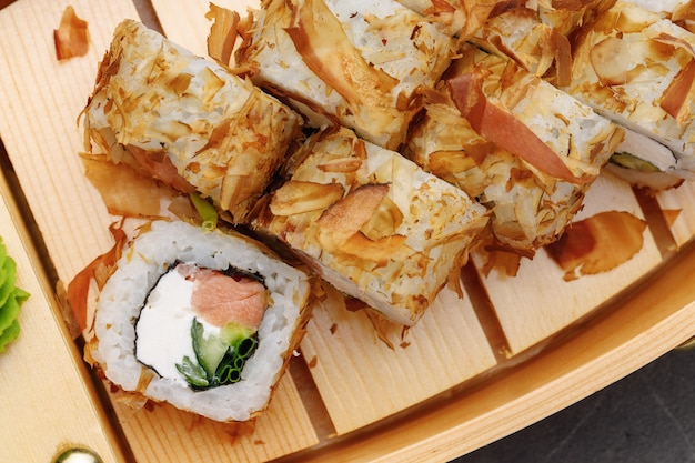 Rolinho de sushi com raspas de atum no prato close-up Foto Premium