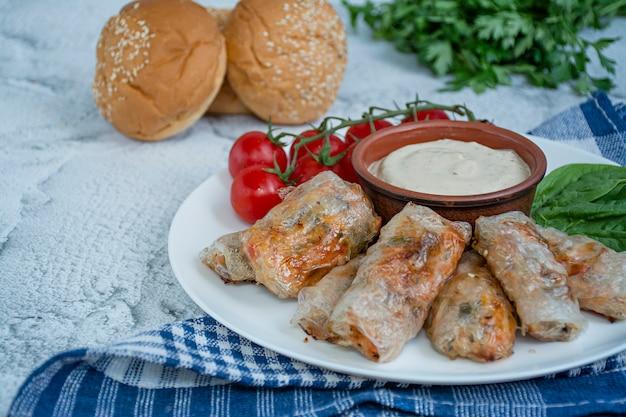 Rolinho primavera com carne e legumes com molho. Foto Premium