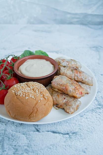 Rolinho primavera com carne e legumes. Foto Premium