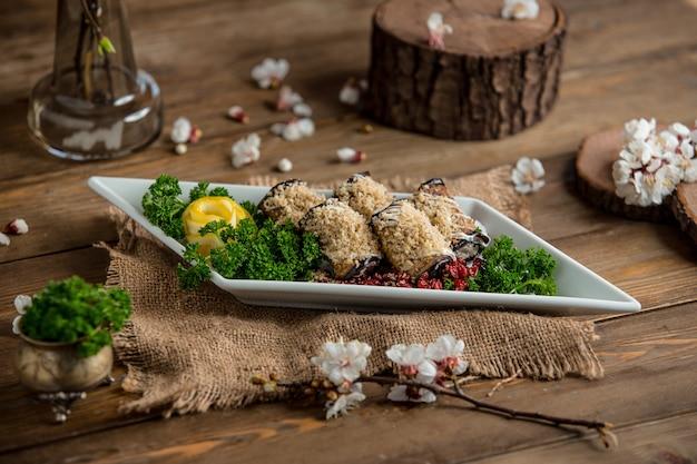 Rolinhos de berinjela em cima da mesa Foto gratuita