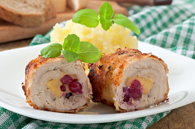 Rolinhos de frango com cranberries, queijo e mel Foto Premium