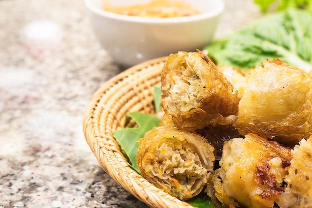 Rolinhos de primavera fritos no restaurante de comida vietnamita Foto gratuita