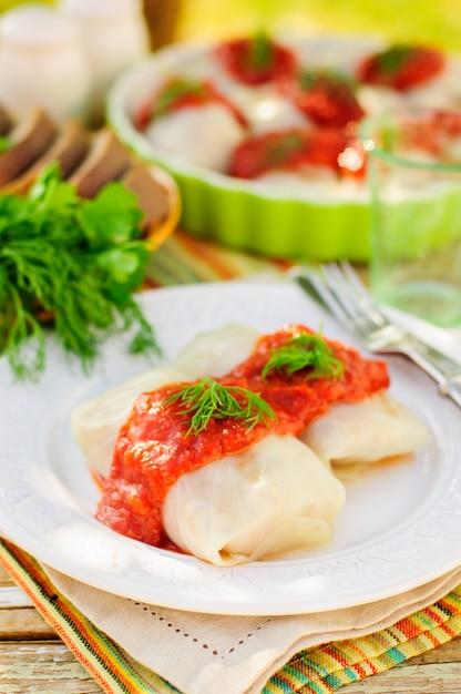 Rolinhos de repolho com molho de tomate e endro Foto Premium