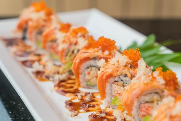 Rolinhos de sushi de salmão Foto gratuita