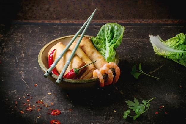 Rolinhos primavera com legumes e camarão Foto Premium