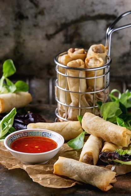 Rolinhos primavera fritos com molho Foto Premium