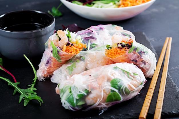 Rolinhos primavera vietnamita vegetariano com camarão picante, camarão, cenoura, pepino, repolho roxo e macarrão de arroz. Foto Premium
