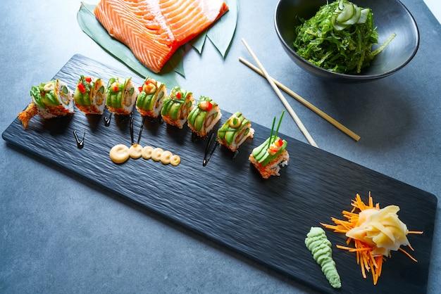 Rolo de arroz de sushi de forma de dragão com nori Foto Premium