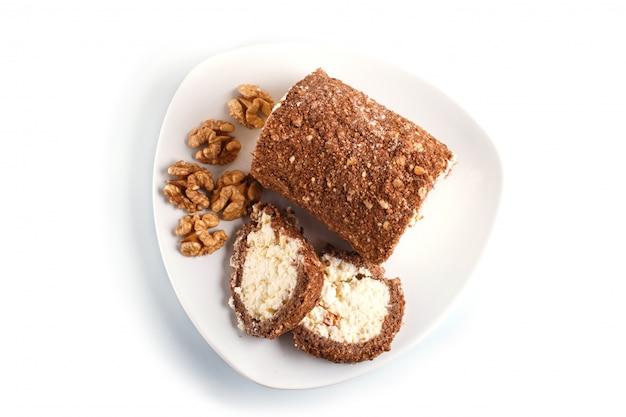Rolo de bolo com requeijão e nozes isolado no branco Foto Premium