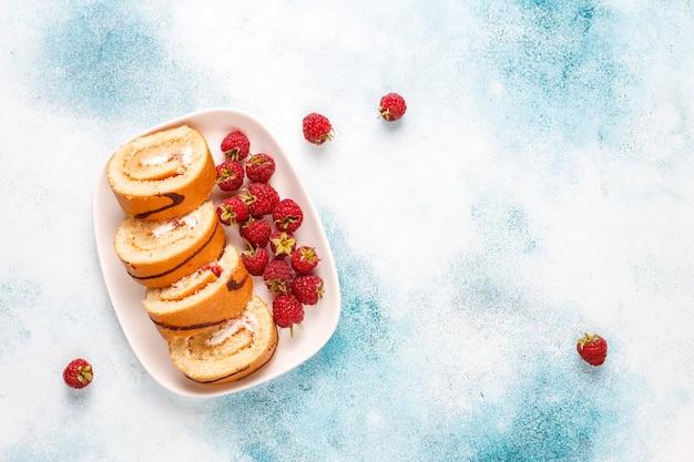 Rolo de bolo de framboesa com frutas frescas. Foto gratuita