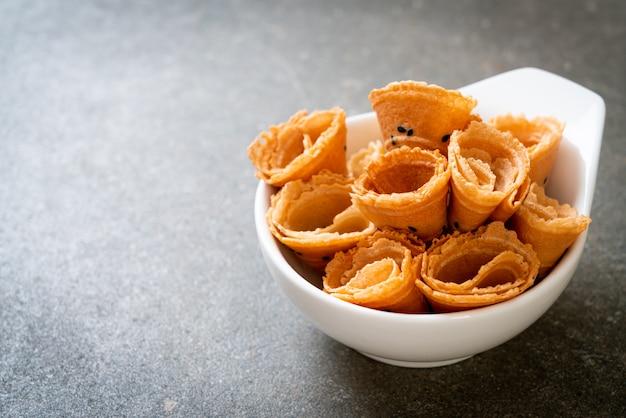 Rolo de coco crocante - lanche asiático Foto Premium