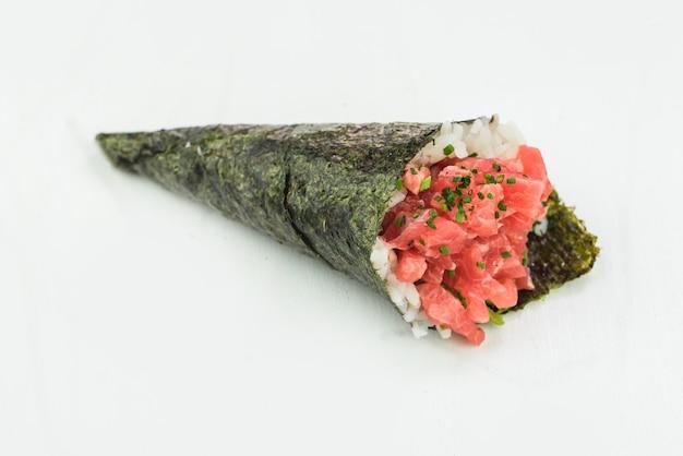 Rolo de mão de atum sushi temaki Foto Premium