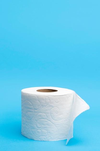 Rolo de papel higiênico com espaço para texto Foto Premium