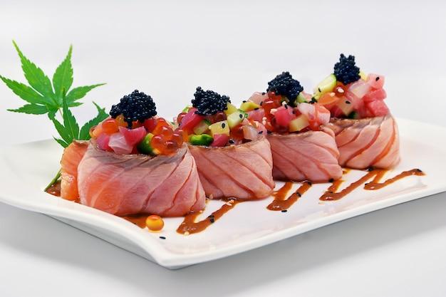 Rolo de salmão especial (ovas de caviar, ovas de salmão, maguro, otoro, salmão) Foto Premium