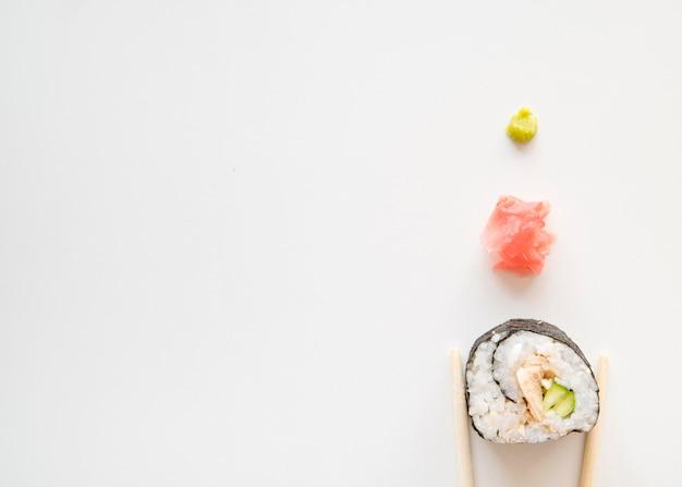Rolo de sushi com especiarias com cópia-espaço Foto gratuita