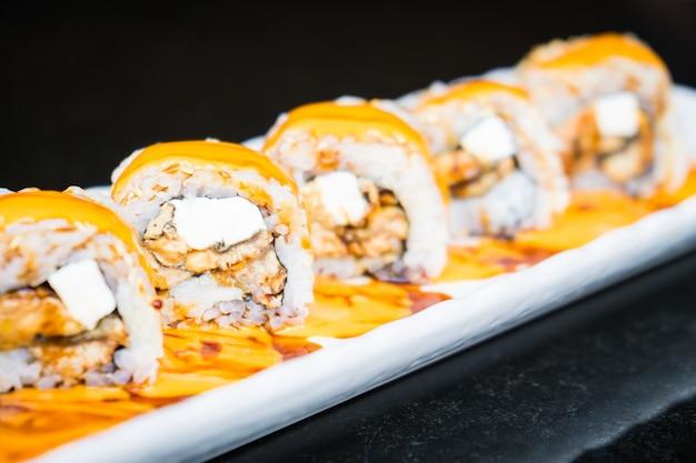 Rolo de sushi de enguia maki com queijo Foto gratuita