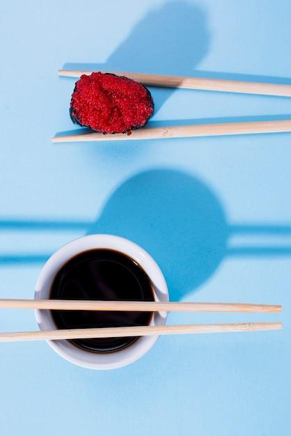 Rolo de sushi delicioso com molho de soja Foto gratuita