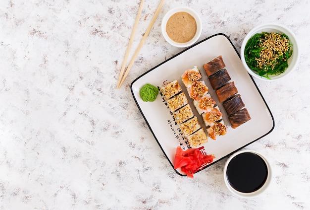 Rolo de sushi. vista do topo Foto Premium