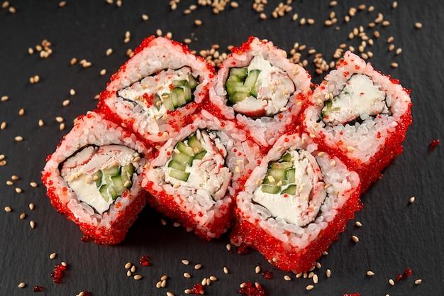 Rolo de uramaki da califórnia com carne de caranguejo e pepino. Foto Premium