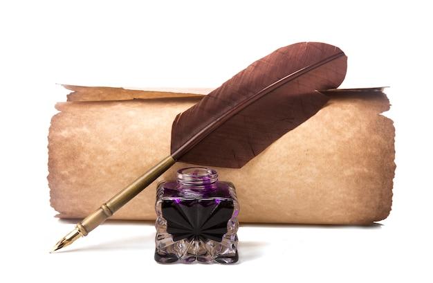 Rolo e caneta-tinteiro com pena Foto Premium
