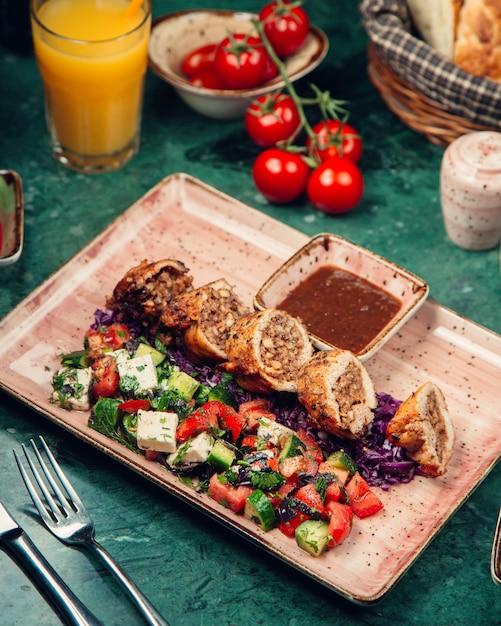 Rolos de carne fatiada com salada de legumes Foto gratuita