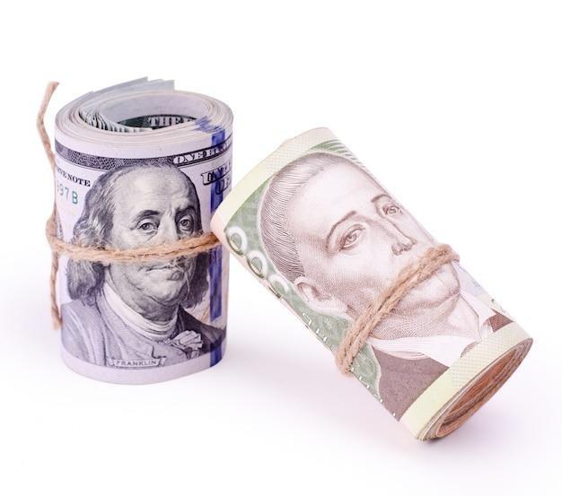 Rolos de notas de dólares dos eua e hryvnia da ucrânia Foto Premium