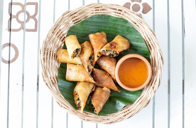 Rolos de primavera fritos profundos. comida popular do povo tailandês Foto Premium