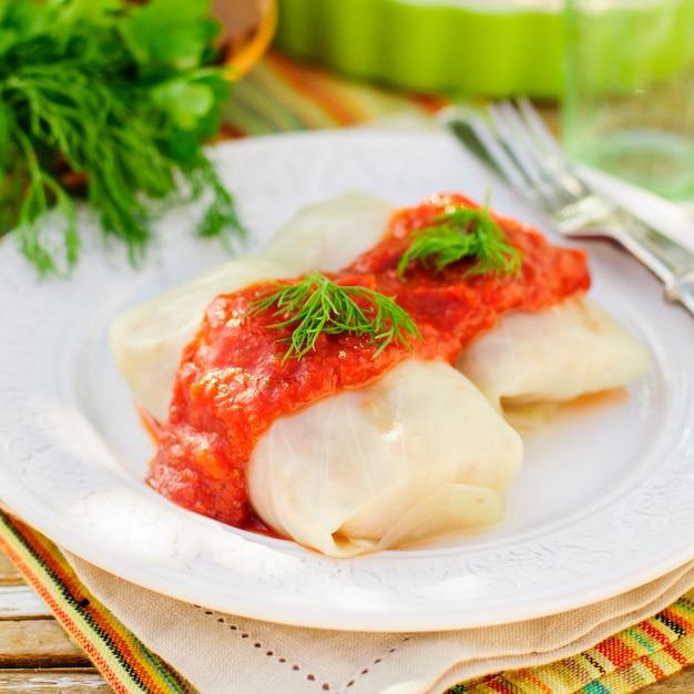 Rolos de repolho com molho de tomate e endro Foto Premium