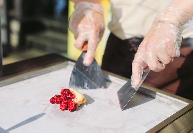 Rolos de sorvete salteados na panela de congelamento. orgânico, sorvete natural, sobremesa feita à mão. Foto Premium