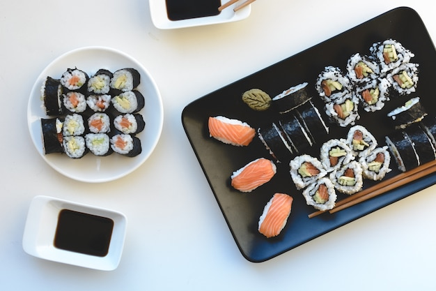Rolos de sushi caseiros Foto gratuita