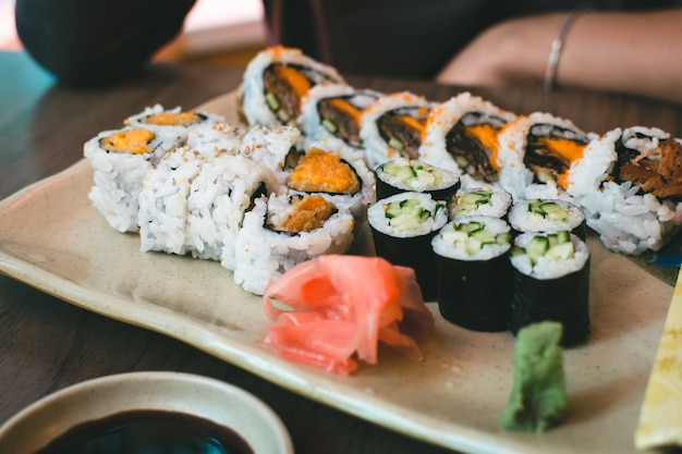 Rolos de sushi com batata doce Foto gratuita