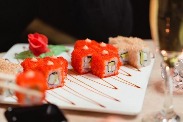 Rolos de sushi com gengibre e wasabi Foto gratuita