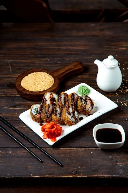 Rolos de sushi com molho de soja Foto gratuita