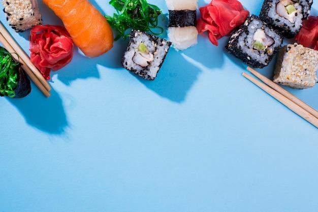 Rolos de sushi de cópia-espaço na mesa Foto gratuita
