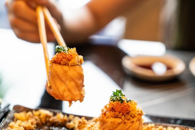 Rolos de sushi de salmão com molho Foto Premium